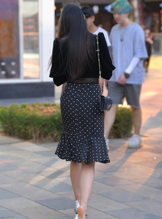 穿搭的精致又洋气,波点半身裙,穿出美的新感觉