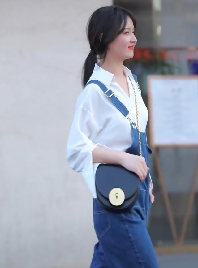 """小姐姐穿""""假两件""""背带裤,呆萌又可爱,走在大街上特潮"""