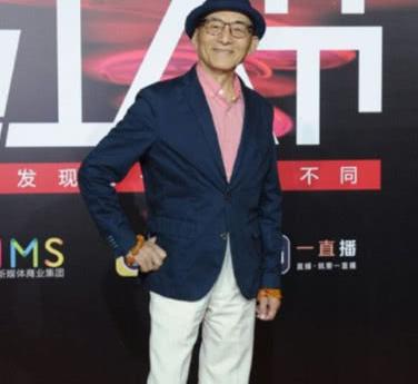 85岁游本昌近照:容颜显老打扮却很时尚,女儿颜值惊人还是编剧