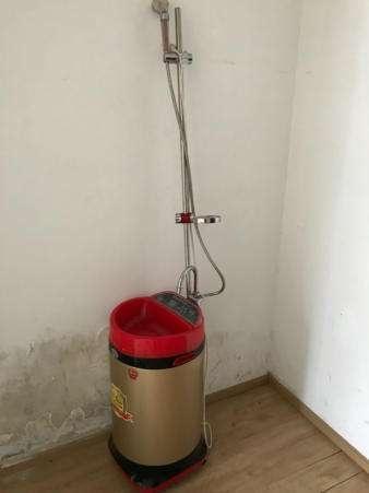 头次见卫生间不装热水器,有钱人都装这种来代替,洗澡方便又省电
