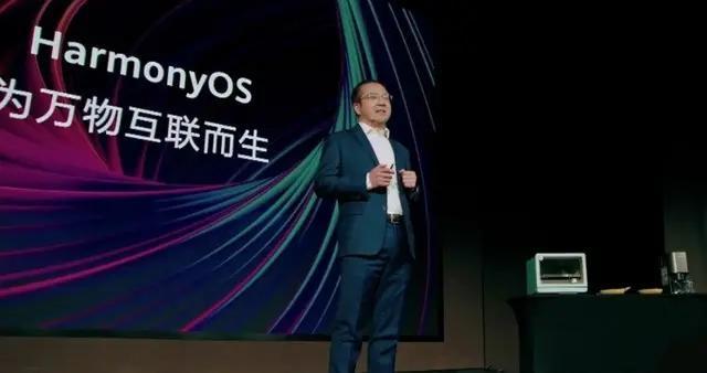 华为王成录演示鸿蒙 OS:预计将于今年登陆手机
