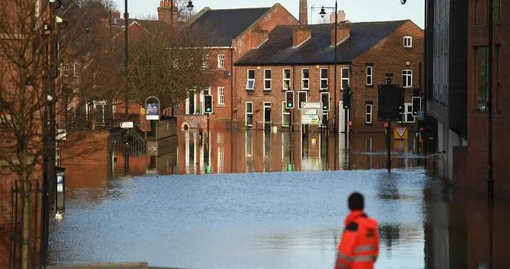 """英国遭遇洪水 西北部城市什鲁斯伯里变身""""威尼斯"""""""