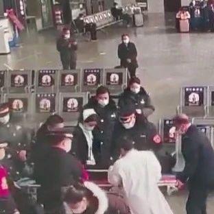 【围观】全州一老人车站内倒地不起,这群人围了上来