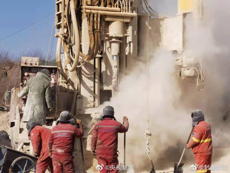 山东金矿事故第一名被困工人升井 已送医救治
