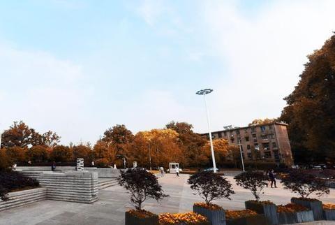 打卡武汉城区最豪气高校大门:地下建隧道地上是广场,宛若公园