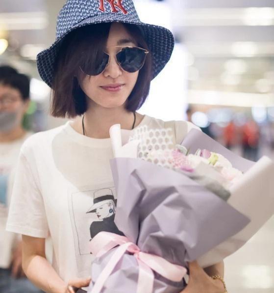 王丽坤白T配百褶半身裙,素颜现身机场,简约又时尚