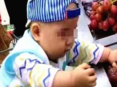 """2岁娃超市拽了颗葡萄,遭售货员歧视:""""没教养""""!宝妈漂亮回怼"""