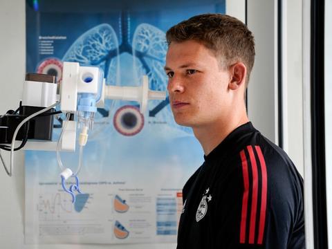 天空体育记者:努贝尔和托利索缺席了拜仁对阵沙尔克的赛前训练