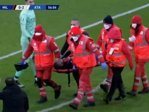 卡卢卢伤退被担架抬离球场,穆萨基奥替补登场