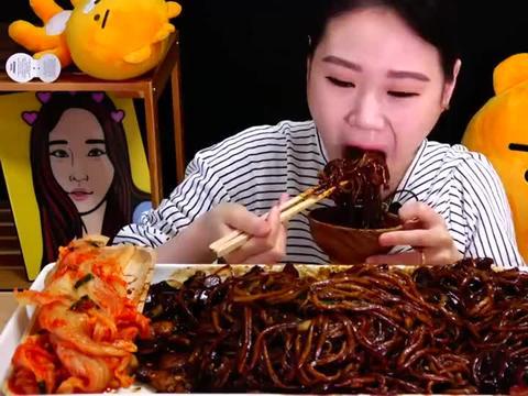 """韩国吃播:""""一大盘炸酱面+泡菜"""",看起来挺诱人,卡妹吃得真香"""
