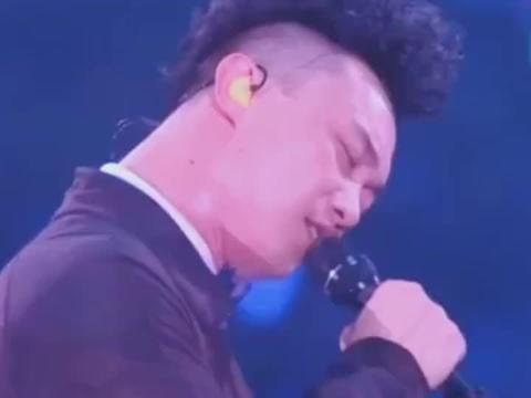 陈奕迅演唱会觉得粉丝太嘈杂,即兴改词回怼,《富士山下》