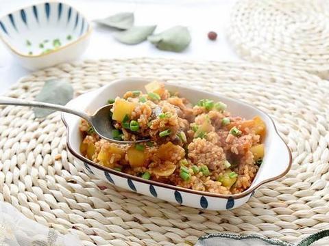 只用十五分钟时间,就能轻松做出美味的番茄肥牛土豆烩饭,好吃