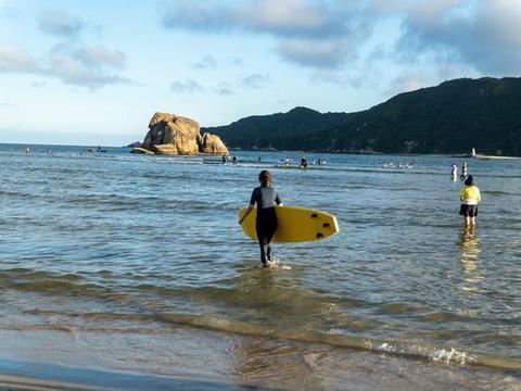 三亚有一低调的小渔村,是冲浪爱好者的天堂,很多游客特地打卡