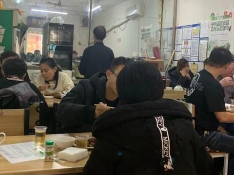 天津这家20多年的小菜馆,服务特别周到,10多年没涨价人气爆棚