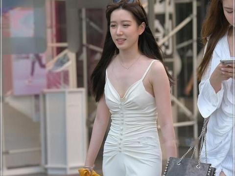 连衣裙散发女性妩媚气质,自然魅力散发出来,女神范十足