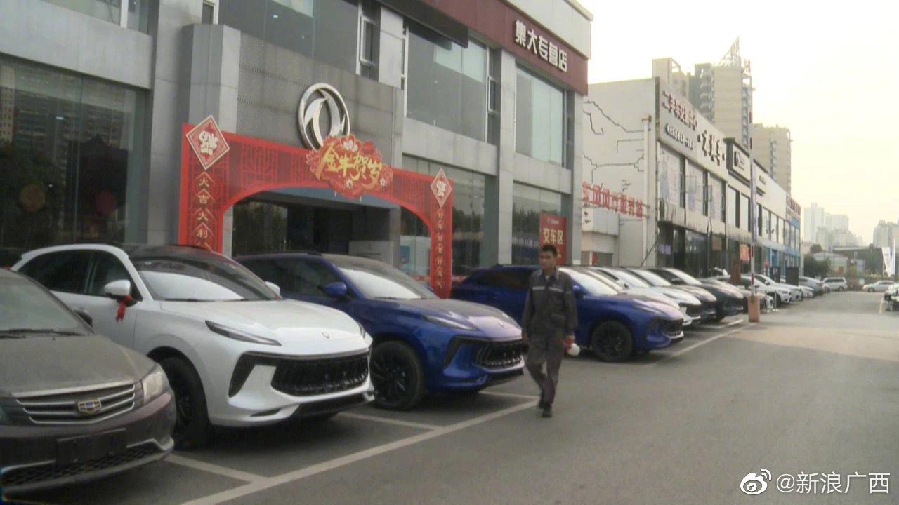 南宁白沙大道车祸最新进展:南宁4S店否认肇事司机为该店员工,仍有2名伤者正在接受手术抢救