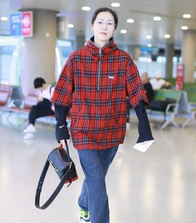 刘雯素一件复古格纹走机场,造型独特,尽显小女人妩媚