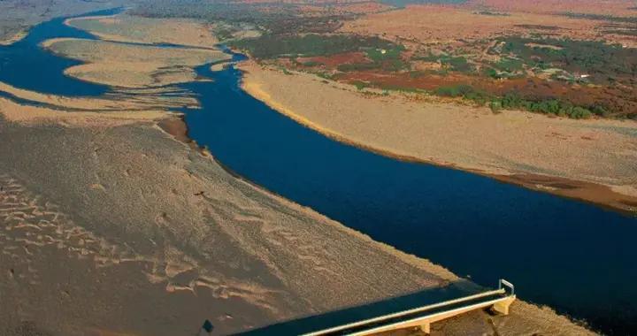 面对人类沾沾自喜的大桥梁工程,河流改道是大自然最无情的嘲讽