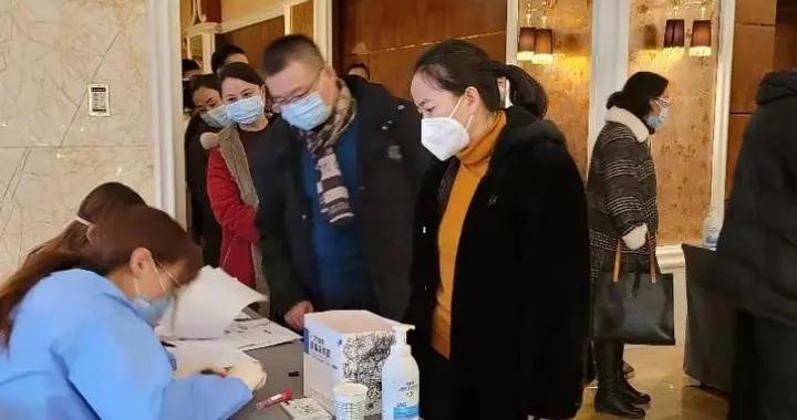参加自治区十三届人大四次会议的代表抵达呼和浩特
