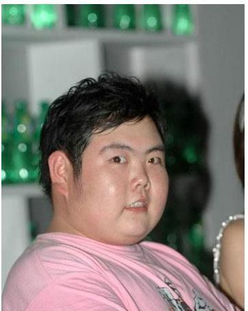 """因一张照片爆红的""""网红小胖"""",17年后的他,如今结婚生子大变样"""