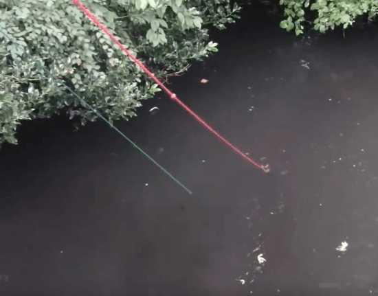 男子河边钓鱼用磁铁吸到巨物, 细看后屏住呼吸当场报警