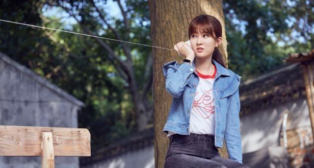 日系少女乔欣,V领红格马甲+五分亚麻裤,尽显复古又灵动