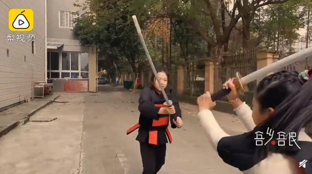 成都一小学体育课教传统刀法,已引进武术课10年,网友直呼:好酷