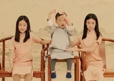 """佟大为的全家福惹热议,儿子占c位,俩女儿分站两旁像""""丫鬟"""""""