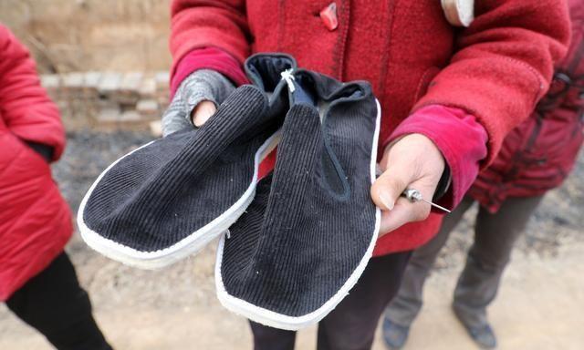 6旬大嫂做纯手工老布鞋,5天做1双卖价100元,网友看下值吗