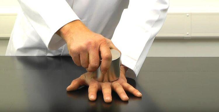 男子试验世界上最强磁铁的破坏力,两块磁铁甚至能把手砸坏