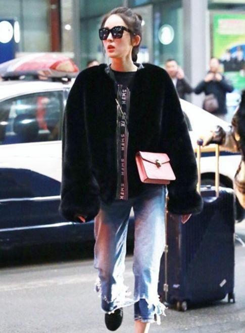 """娜扎的时尚你懂吗?穿皮草配""""双层""""牛仔裤,露脚踝很美却很冷"""