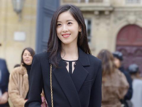 奶茶妹章泽天越来越有企业家气质范,穿黑色西服亮相,干练洋气