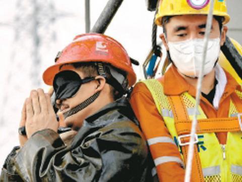 被困矿工升井后双手合十感谢救援,这一幕,让人泪目!