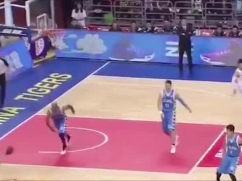 篮球世界:周鹏突破暴扣,太硬气了,永远的广东队队长!