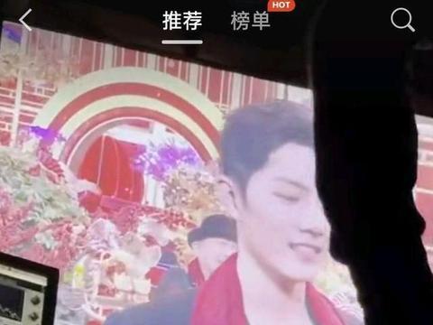 网传肖战录制北卫春晚视频流出,肖战笑靥满面红色围巾成亮点