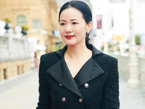 咏梅依然高贵优雅,身穿黑色衣服现身活动,一点也不显老