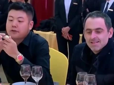 奥沙利文和丁俊晖相对而坐,没想到梁文博坐在了他的边上!