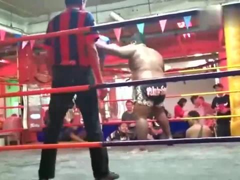 芭提雅泰拳表演,50公斤级对决100公斤级,当场KO。