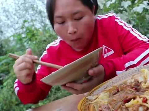 胖妹做的猪肉炖粉条很下饭,满满一大盆吃下真是太爽了