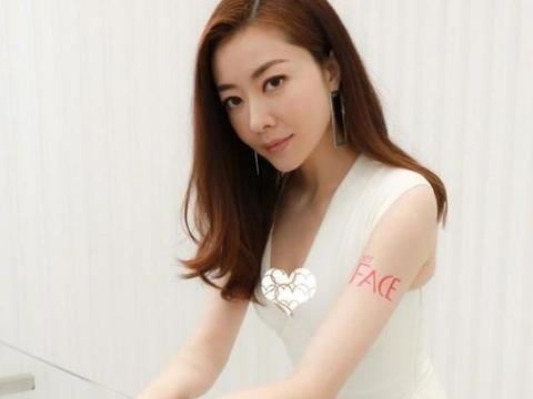 熊黛林太懂自己的身材优势,白裙也能穿出经典感觉,优雅不失性感