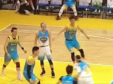 篮球世界:萧敬腾一条龙上篮,被林书豪封盖,这就尴尬了!