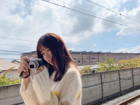 张子萱穿条纹针织衫搭白色休闲裤,清新有活力,少女感十足