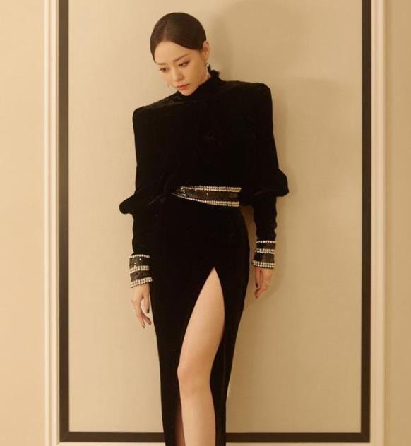 张靓颖这造型真性感,丝绒裙开叉都到大腿根了,身材曲线让人羡慕