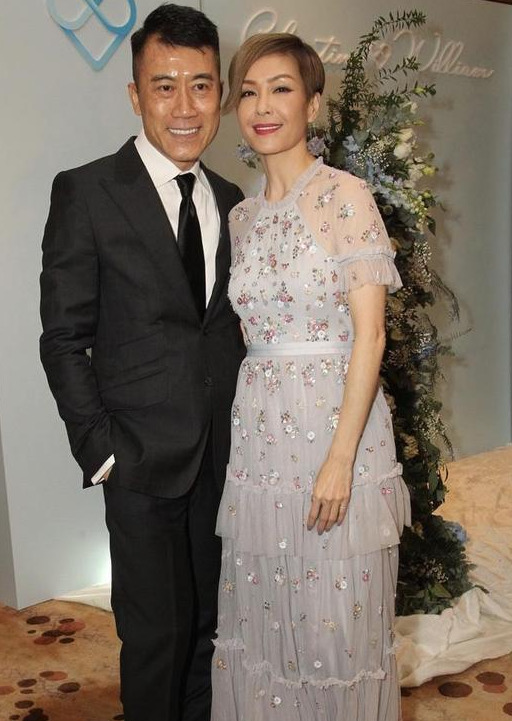 伍咏薇和老公共同出席活动,身穿薄纱连衣裙,时髦显瘦又大气