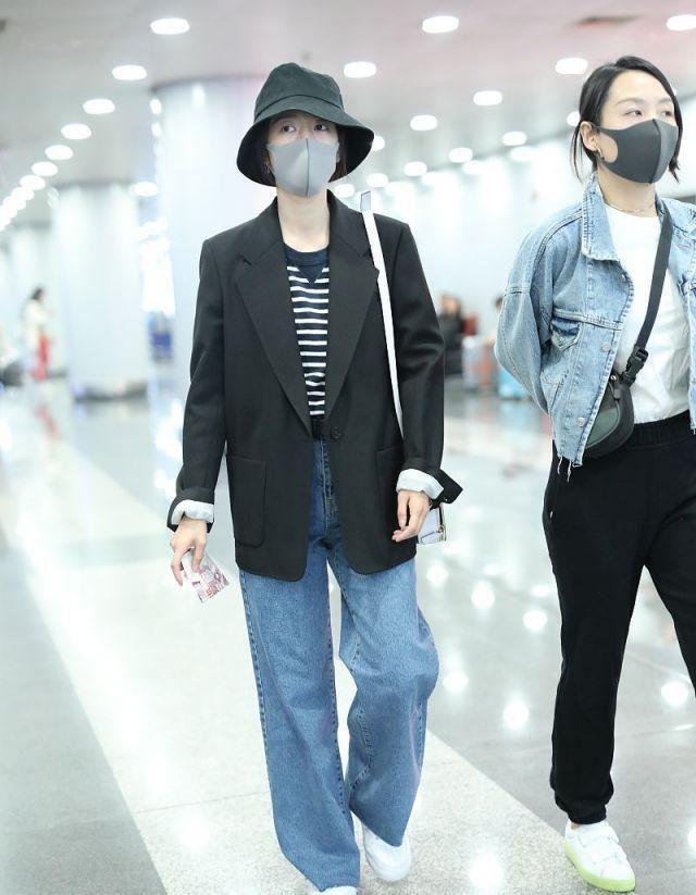 周雨彤穿西装牛仔裤,演绎男友风,酷酷的造型又不失青春活力