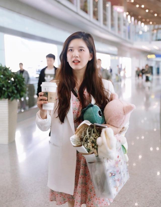 赵露思白色西装+粉色碎花裙,清纯女生的颜值代表,小眼神好可爱