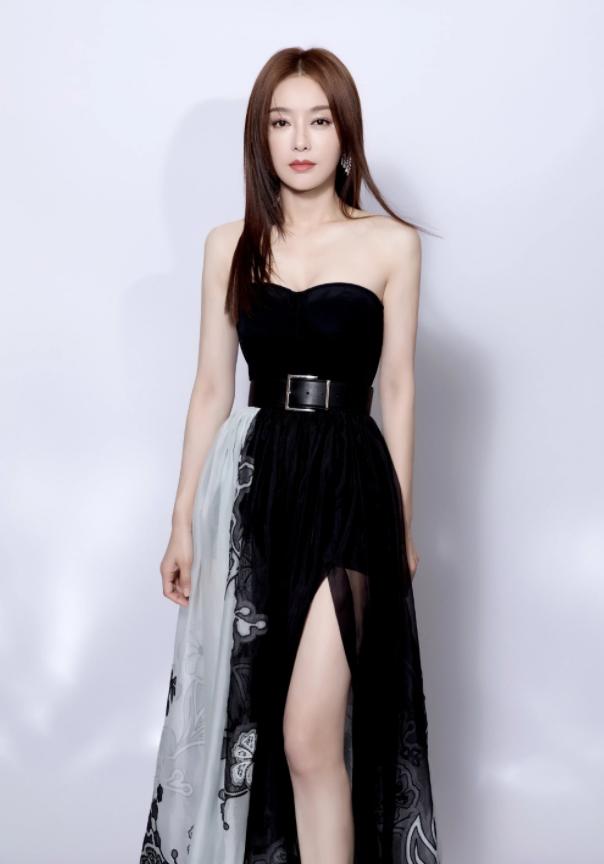 被42岁秦岚美到,穿抹胸高开叉裙秀长腿,优雅减龄美到骨子里