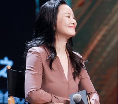 真被咏梅的气质迷住,一袭雾粉色长裙长披发,笑容淡雅太知性