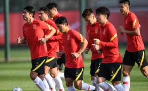 国足新阵型中,艾克森被放在9号位,张玉宁打配合