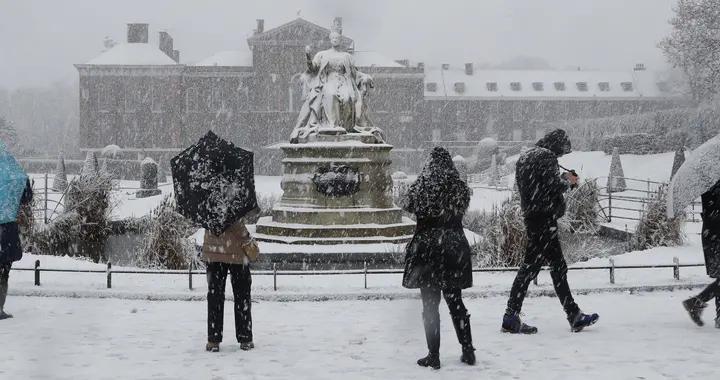 英国伦敦迎来降雪 银装素裹白茫茫一片